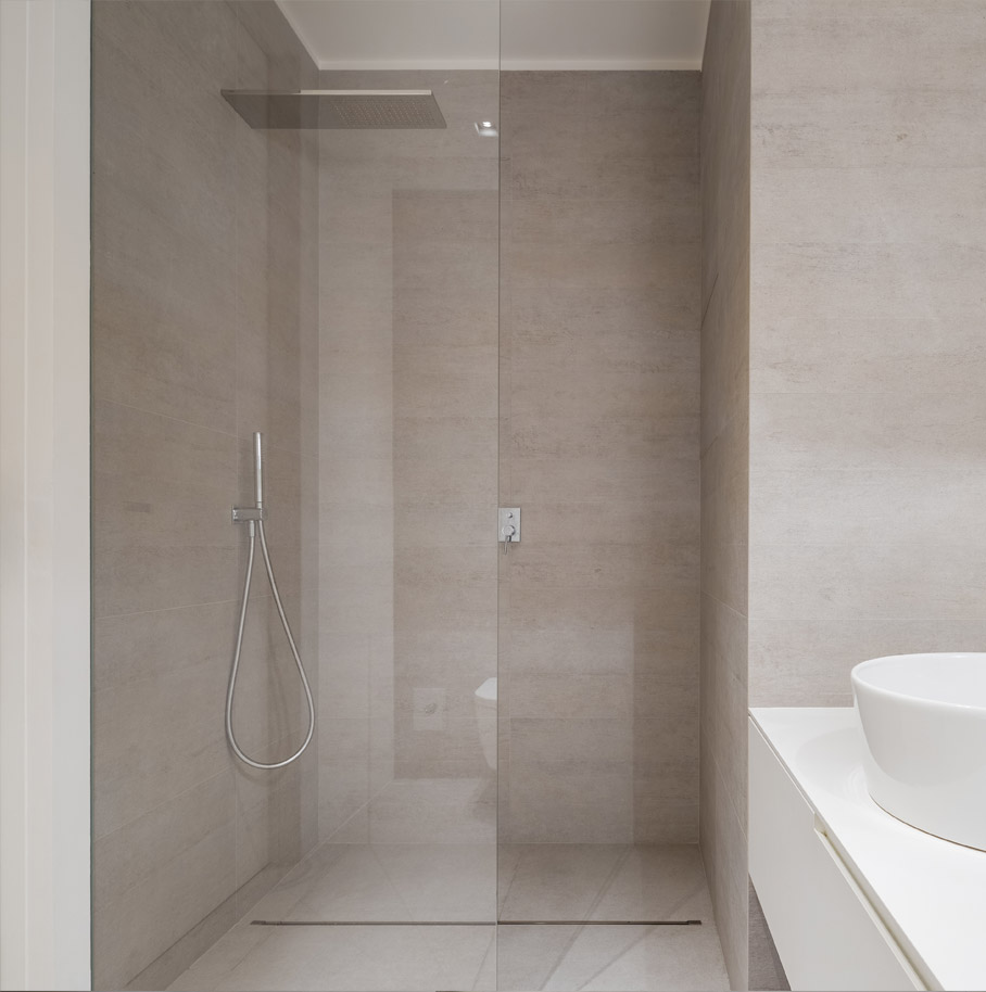 Shower enclosure without tray